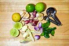 Трава пищевого ингредиента известка, трава лимона, чеснок, шалоты и лист известки kaffir на деревянной предпосылке стоковые фото