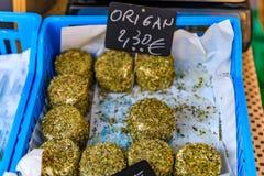 Трава покрыла сыр на рынке фермеров в славной Франции Стоковое Фото