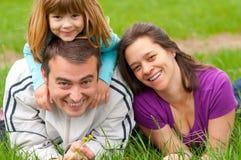 трава потехи семьи счастливая имеющ детенышей Стоковое фото RF