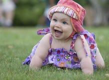 трава ребёнка смотря вас Стоковое Фото