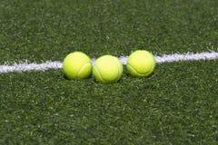 трава суда шариков кладет линию теннис Стоковые Фотографии RF