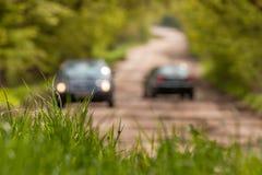 Трава с запачканными автомобилями на предпосылке стоковое изображение rf