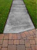 Трава, тротуар и Pavers Стоковое фото RF