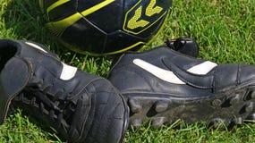 трава шарика обувает футбол Стоковое Изображение RF