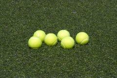 трава шариков кладет желтый цвет тенниса 6 Стоковые Изображения
