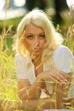 трава девушки задумчивая Стоковые Фотографии RF