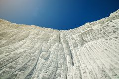 Травертин против голубого неба, Турция Pamukkale белый стоковые фотографии rf