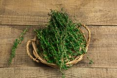 Травы в корзине на деревянной предпосылке Стоковое Фото