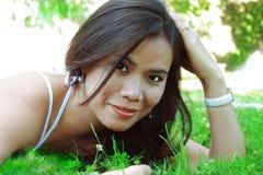 травы девушки лежа над летом Стоковая Фотография RF