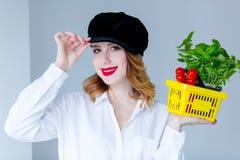 Травы женщины базилика и красные томаты в условный расчетный набор представительных потребительских товаров Стоковые Изображения