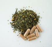 Травы зеленого чая и извлечь капсулы стоковая фотография
