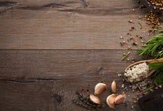 Травы и специи на деревянной таблице Стоковое Изображение RF