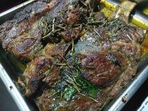 Травы и специи на суккулентном carvery говядины стоковые фотографии rf