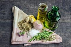 Травы: розмариновое масло, тимиан, душица, соль моря, бутылки оливкового масла, ga Стоковое фото RF