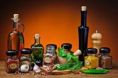 Травы, специи и оливковое масло стоковые фотографии rf