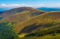 Травянистые наклоны гребня прикарпатской горы Стоковая Фотография