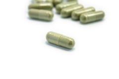 Травяное лекарство в капсуле на белом backgro Стоковые Изображения RF