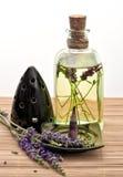Травяное масло лаванды с ручкой ладана и свежими цветками Стоковая Фотография