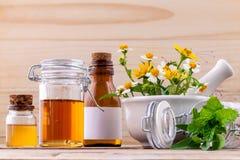 Травяное, мед и полевой цветок альтернативного здравоохранения свежее с Стоковая Фотография