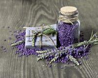 Травяное мыло лаванды и соль для принятия ванны Стоковые Фото
