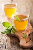 Травяной мудрый чай с зеленым цветом выходит в стеклянные чашки Стоковая Фотография RF