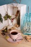 Травяной чай в винтажной чашке Деревянная коробка заполнила с травами, специями и сахаром Предпосылка бирюзы Стоковое Изображение RF