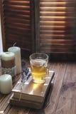 Травяной чай и чтение на деревенском windowsill стоковое изображение