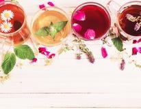 Травяной чай на белой деревянной предпосылке Стоковая Фотография RF