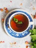 Травяной чай с мятой в голубой чашке Стоковое Изображение RF