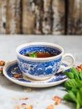 Травяной чай с мятой в голубой чашке Стоковая Фотография RF
