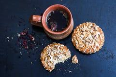 Травяной чай с печеньями стоковые изображения