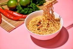 Традиционная азиатская еда немедленных лапшей с овощами Стоковое фото RF