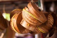 Традиционная бамбуковая корзина для смертной казни через повешение плиты риса на магазине, который нужно продать Стоковая Фотография RF