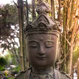 Традиционная буддийская статуя женщины в бамбуковом саде стоковые фотографии rf
