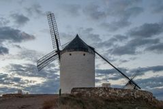 Традиционная ветрянка в Consuegra на заходе солнца, Toledo, Испании Стоковые Изображения RF