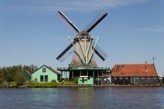 Традиционная голландская ветрянка стоковое изображение