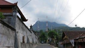 Традиционная деревня в горах на индусском острове Бали Дороги возглавляя к горам стоковые фотографии rf