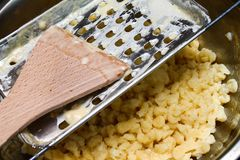 Традиционная еда - венгерский делать лапшей Стоковая Фотография RF