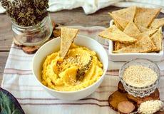 Традиционная закуска Hummus Ближнего Востока служила с травами, приправленными с в винтажной керамической плитой Взгляд сверху стоковое изображение
