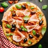 Традиционная итальянская пицца на темной таблице Стоковая Фотография RF
