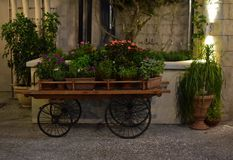 Традиционная итальянская тележка цветков на романтичном ресторане стоковое фото rf
