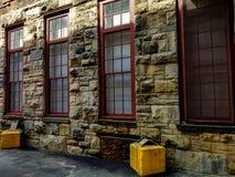 Традиционная каменная стена в свете и тени стоковые изображения rf