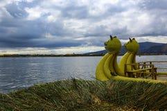 Традиционная камышовая шлюпка как транспорт для туристов, на isl стоковые изображения