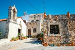 Традиционная критская деревня Margarites известное для handmade керамики, Крита, Греции стоковые фотографии rf