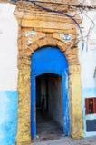 Традиционная морокканская голубая дверь в medina Стоковые Изображения