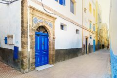Традиционная морокканская голубая дверь в medina Стоковые Фотографии RF