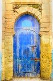Традиционная морокканская голубая дверь в medina Essaouria Стоковая Фотография RF
