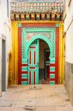 Традиционная морокканская дверь в medina Essaouria Стоковое фото RF