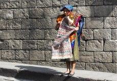 Традиционная одежда ткани ремесленника Sellling дня рынка Chichicastenango женщины Гватемалы стоковая фотография rf