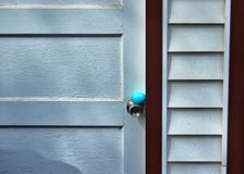 Традиционная охота пасхального яйца в задворк Голубое яичко спрятано на doorknob выдержанного входа гаража стоковая фотография